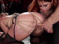 Phat cul Skylar Snow reçoit doggystyled sur la session BDSM